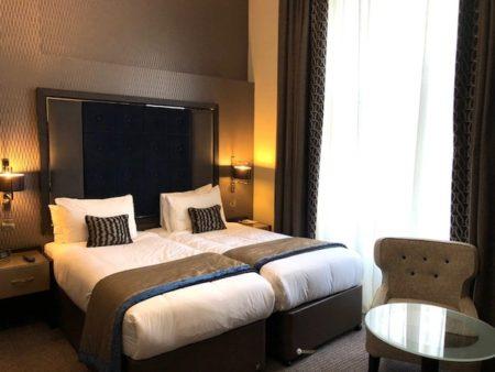 シングルベッドを2つ置いたホテルのような部屋